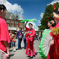 Nederland, amsterdam , 9 juli 2011..Viering 100 jaar Chinezen in Nederland..Naast grote drakenshows waren er ook talloze Chinese dansvoorstellingen op de Nieuwmarkt..Celebrating 100 years Chinese people in the Netherlands, Amsterdam, Nieuwmarkt area.