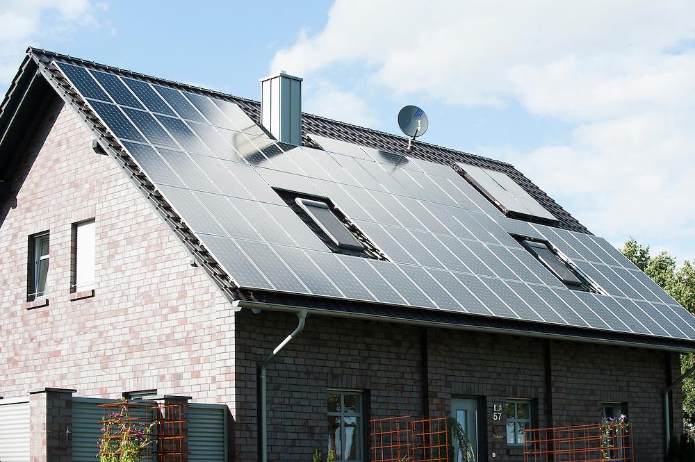 Duitsland, 27 aug 2012.Huis met veel zonnepanelen op het dak.  .Foto(c): Michiel Wijnbergh