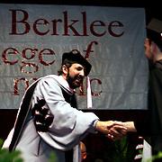 Juan Luis Guerra felicita al dominicano Javiel Rosario durante su reciente su graduacion  Berklee en Mayo 09. Juan Luis, ademas recivio un doctorado Honor y Causa de la misma universidad
