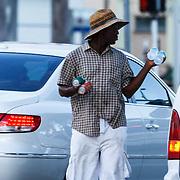 USA/Miami/20150807 - Miami, bedelaar langs de weg vragend voor geld aan automobilisten