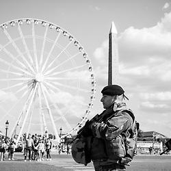 mardi 9 août 2016, 17h23, Paris VIII. Militaires du 12ème Régiment de Cuirassiers patrouillant sur l'esplanade de la Concorde.