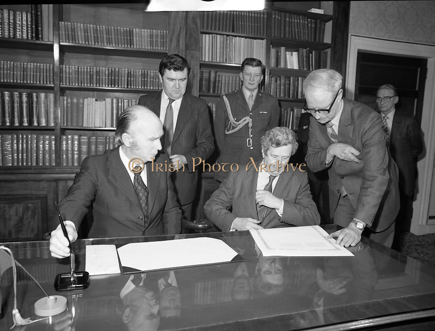 Dissolution of  22nd  Dáil Éireann 1982. .27/01/1982.01/27/82.27th January 1982.Image of President Patrick Hillary and Taoiseach Garret Fitzgerald preparing to sign the warrant of dissolution of the Dáil. The signing was carried out at  Áras an Uachtaráin