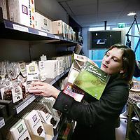 Nederland,Utrecht ,9 november 2008..Journaliste Evelien van Veen in een Fairtrade winkel van Floortje Dessing.