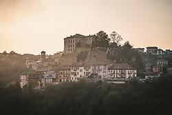 THEMENBILD - Übersicht auf Castellinaldo d'Alba. Castellinaldo ist ein Dorf im Herzen des Roero-Bezirks. Das Dorf umgibt die Burg aus dem 16. Jahrhundert, die die Häuser darunter überragt. Die Pfarrkirche San Dalmazzo, die Kirche des Heiligen Leichentuchs und die Casa Cottalord, auch bekannt als Casa Rossa (das Rote Haus). In der Gegend gibt es eine Vielzahl hochwertiger Produkte: Pilze, Trüffel, Honig und zahlreiche Sorten Pfirsiche, Birnen, Erdbeeren, Kastanien und Spargel. Castellinaldo, Italien am Mittwoch, 6. November 2019 // Overview of Castellinaldo d'Alba. Castellinaldo is a village in the heart of the Roero district. The village surrounds the 16th-century castle, which overlooks the houses below. The parish church of San Dalmazzo, the Church of the Holy Shroud and Casa Cottalord, also known as Casa Rossa (the Red House). In the area there are a variety of high quality products: mushrooms, truffles, honey and numerous varieties of peaches, pears, strawberries, chestnuts and asparagus. Wednesday, November 6, 2019 in Castellinaldo, Italy. EXPA Pictures © 2019, PhotoCredit: EXPA/ Johann Groder