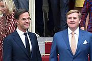 Het nieuwe kabinet Rutte III op het bordes van Paleis Noordeinde. <br /> <br /> Op de foto:  premier Mark Rutte (minister van Algemene Zaken), koning Willem-Alexander