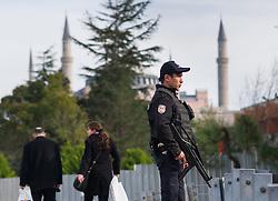 THEMENBILD - Polizist mit Maschinenpistole und Ballistischer Weste vor Hagia Sophia. Istanbul, früher Konstantinopel, ist die größte Stadt der Türkei. Sie liegt am Bosporus und liegt am Schnittpunkt von Asien und Europa. Aufgenommen am 06.03.2016 in Istanbul, Türkei // Police Officer with mashine gun and bulletproof vest in front of Ayasofya. Istanbul, former Constantinople, is the biggest City of Turkey. Turkey on 2016/03/06. EXPA Pictures © 2016, PhotoCredit: EXPA/ Michael Gruber