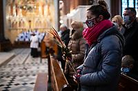 Bialystok, 28.03.2021. Bialostocka Katedra w Niedziele Palmowa. W mszy swietej pod przewodnictwem arcybiskupa seniora Edwarda Ozorowskiego uczestniczylo kilkadziesiat osob, pomimo apeli o zachowanie rezimu sanitarnego - 20 m2 na jedna osobe w kosciolach oraz 1,5 m odstepu pomiedzy ludzmi N/z ludzie z palmami wielkanocnymi podczas mszy w kosciele fot Michal Kosc / AGENCJA WSCHOD