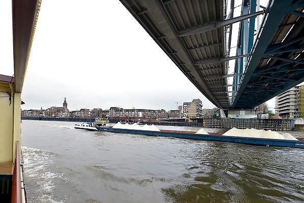 Nederland, Nijmegen, 25-11-2015Binnenvaartschepen, varen over de Waal bij Nijmegen. Dit schip vaart langs de stad en de kade onder de spoorbrug.Foto: Flip Franssen/Hollandse Hoogte