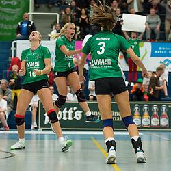 16-10-2013 VOLLEYBAL: USC MUENSTER - VOLLEYSTARS THUERINGEN: MUENSTER<br /> Jubel Ashley Benson (#10 USC Muenster), Tess von Piekartz (#4 USC Muenster), Nadja Schaus (#3 USC Muenster)<br /> ***NETHERLANDS ONLY***<br /> ©2013-FotoHoogendoorn.nl