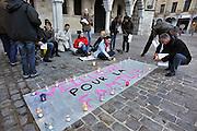 Frankrijk, Arras, 10-5-2013Tegenstanders van de wet voor het homohuwelijk protesteren voor het gemeentehuis met een spandoek op de grond waaropp staat: waarden voor de familie.Foto: Flip Franssen/Hollandse Hoogte