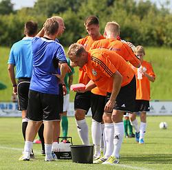 Jeppe Christiansen (FC Helsingør) med en kølende svamp under kampen i 2. Division Øst mellem Boldklubben Avarta og FC Helsingør den 19. august 2012 i Espelunden. (Foto: Claus Birch).