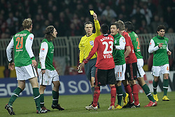 21.02.2010, Weser Stadion, Bremen, GER, 1.FBL, Werder Bremen vs Bayer Leverkusen, im Bild  Arturo Vidal ( Leverkusen #23 ) und Mesut Özil / Oezil ( Werder  #11 ) nach einem Foul an den Bremer, Kopf an Kopf - gelbe Karte durch Lutz Wagner (  Referee / Schiedsrichter)   EXPA Pictures © 2010, PhotoCredit: EXPA/ nordphoto/  Kokenge / for Slovenia SPORTIDA PHOTO AGENCY.