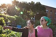 """Linda, coordinatrice du Global Garden Refugee Farm. """" Les jardins participent à un processus de guérison pour leur santé mentale. Les réfugiés ont subi de nombreux traumas dans les camps, en vivant rationnés, dans des espaces clos. Ici, ils sont en capacité d'être créatifs, de créer de la beauté tout en nourrissant leur famille. Les enfants ont de l'espace pour courrir. Ils peuvent partager leurs traditions avec la communauté."""" //  Linda, the garden founder and manager of Global Garden Refugee Farm.  """"The gardens help with a healing process for their mental health.  The refugees have lived many traumatic events in the camps, living with rations and in tight enclosed spaces.  Here, they are able to be creative and to create beauty all the while nourishing their families.  The children have the space to run.  They can also share their traditions with the community."""
