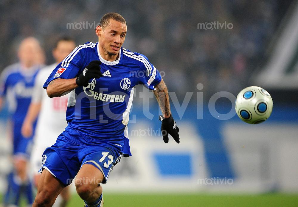 FUSSBALL   1. BUNDESLIGA   SAISON 2008/2009   16. SPIELTAG FC Schalke 04 - Hertha BSC Berlin                           06.12.2008 Jermaine JONES (FC Schalke 04) Einzelaktion am Ball
