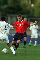 Fotball. EM-kvalifisering U21, Nadderud 1. september 2000. Norge-Armenia. Rune Bolseth, Norge i kamp med Ashot Grigoryan, Armenia. Foto: Digitalsport.