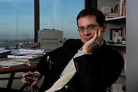 10 JAN 2005, BERLIN/GERMANY:<br /> Roger Koeppel, Chefredakteur der Tageszeitung Die Welt, waehrend einem Interview, in seinem Buero, Axel-Springer-Haus<br /> IMAGE: 20050110-02-010<br /> KEYWORDS: Roger Köppel
