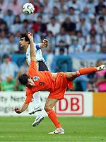 v.l.  Roberto Ayala Argentinien, Ruud van Nistelrooy<br /> Fussball WM 2006 Niederlande - Argentinien <br /> Nederland- Argentina<br />  Norway only