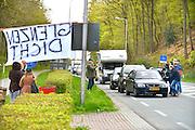 Nederland, Beek-Ubbergen, 23-4-2016De aktiegroep DSDA hield vandaag een protestaktie tegen open grenzen. Zij hielden het verkeer tegen bij de grensovergang Beek-Kranenburg met het plan olievaten in brand te steken. Dit werd niet uitgevoerd, maar wel werden automobilisten vertraagd en voorzien van flyers tegen asielzoekers en immigratie van met name moslims. Na aankomst van de politie, ruim een half uur later, werd de aktie gestaakt.Foto: Flip Franssen