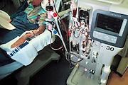 Nederland, Nijmegen, 1-10-2003..Nierpatient ligt aan nierdialyse apparaat. Nierziekte, donornier, niertransplantatie, ernstige ziekte, gezondheidszorg, spoelen...Foto: Flip Franssen