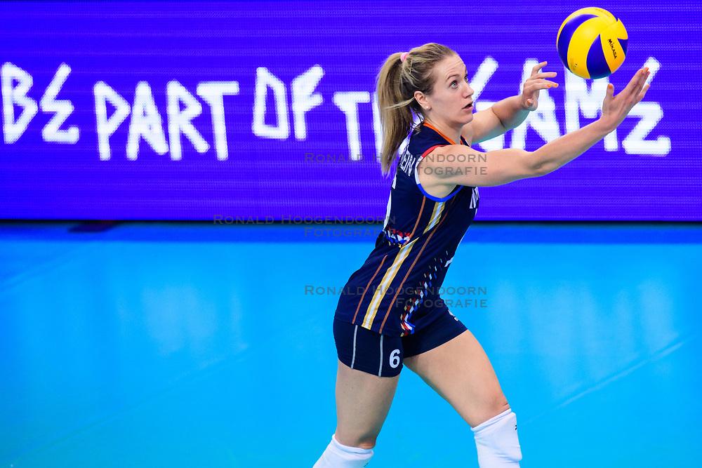 12.06.2018, Porsche Arena, Stuttgart<br /> Volleyball, Volleyball Nations League, Türkei / Tuerkei vs. Niederlande<br /> <br /> Aufschlag / Service Maret Balkestein-Grothues (#6 NED)<br /> <br /> Foto: Conny Kurth / www.kurth-media.de