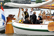 From the Groene Draeck (Family Boat) Prince Willem-Alexander  took on Sunday the traditional boat show Held on the IJ. Also Queen Beatrix and Princess Maxiama were aboardThen the prince sailed with the Green Draeck between the boats through.