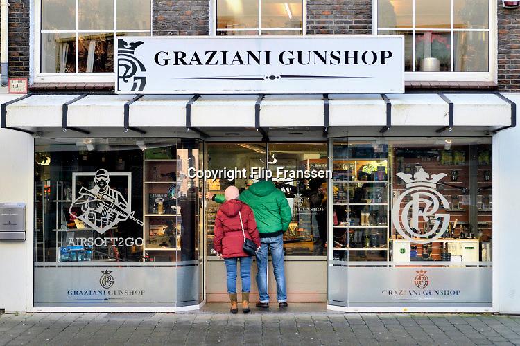 Duitsland, Emmerich, 16-1-2016In Duitsland wordt veel pepperspray en traangas verkocht. Ook aan mensen die vanuit Nederland hier naar toe komen.Deze winkel, de Graziani Gunshop, kan je pas betreden nadat je aangebeld hebt en de deur vanuit de winkel geopend wordt. Die gaat na binnenkomst ook weer op slot.Foto: Flip Franssen