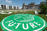 24 APR 2020, BERLIN/GERMANY:<br /> Aktion von Fridays for Future im Rahmen von Netzstreik fuers Klima, #netzstreikfuersklima : Aktivisten befestigen ihr Logo und hunderte von Schildern mit Forderungen zur Rettung des Klimas auf dem Platz der Republik vor dem Deutschen Bundestag / Reichstagsgebaeude<br /> IMAGE: 20200424-01-030<br /> KEYWORDS: Demo, Demonstration, Protest, Klimawandel, climate change, action, #netzstreikfürsklima