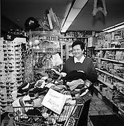 """Katharina Mooser, """"ds Ladekäthi"""" oder der """"Dorfblick"""" in ihrem Laden in Jaun. © Romano P. Riedo"""