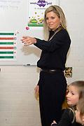 Prinses Máxima speelt een Cash Quiz met leerlingen van de Prinses Amaliaschool. De prinses bezoekt de school in het teken van de Week van het geld. Het doel van deze week is om basisschoolleerlingen te leren omgaan met geldzaken.<br /> <br /> Princess Máxima plays a Cash Quiz with students from the School Princess Amalia. The princess visits the school ibecause of the Week of money. The purpose of this week is to learn school students  on elementary school to deal with money matters.