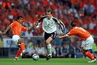 Fotball<br /> Euro 2004<br /> Portugal<br /> 15. juni 2004<br /> Foto: Dppi/Digitalsport<br /> NORWAY ONLY<br /> Gruppe D<br /> Tyskland v Nederland<br /> DIETMAR HAMANN (GER) / GIOVANNI VAN BRONCKHORST / WESLEY SNEIJDER (NET)