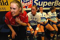 Håndball, 24. april 2004,  Viborg - Nordstrand. Heidi Tjugum efter kampen med nogle af sine medspillerere. Nordstrand tabte 31 - 24.