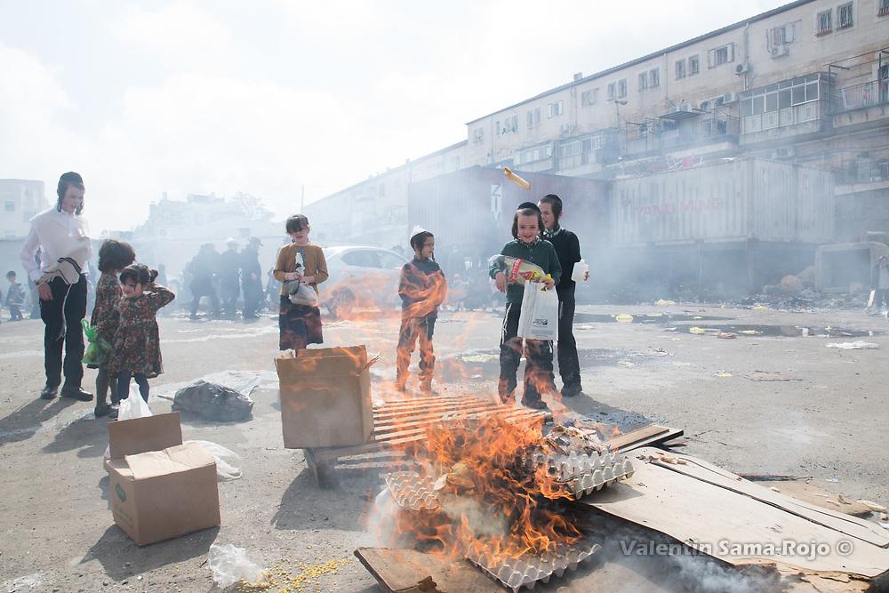 Jerusalem, Israel. 30th March, 2018. Kids burning bread in a bonfire at Mea Shearim neighborhood during the morning of Pesach. © Valentin Sama-Rojo.
