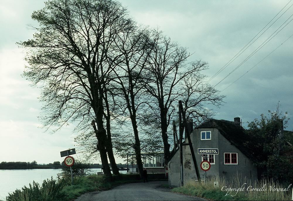 De Lekdijk met Van Ouds Het Raadhuis, Ammerstol, 1977.