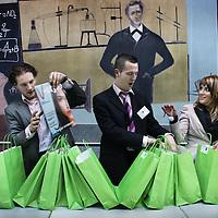Nederland, Rotterdam , 28 januari 2011..De Nationale Kansdenkdag organiseert landelijk inspirerende Kansdenkdagen vanuit het concept Kansdenken. Op uw verzoek organiseren wij zelfs uw eigen incompany Kansdenkdag! De Nationale Kansdenkdag is een initiatief van Svelar Vitaal..Op de foto de presentjes..Foto:Jean-Pierre Jans