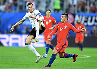 v.l.Julian Draxler, Gary Medel (Chile)<br /> St. Petersburg, 02.07.2017, Fussball, Confederations Cup 2017 in Russland, Finale, Chile - Deutschland<br /> Chile - Tyskland<br /> Norway only