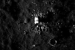 Reportage sul comune di Alessano per il progetto propugliaphoto..Bottiglia in vetro frantumata..Macurano è un villaggio rupestre considerato un luogo di scambio e commercio, simbolo della cultura dell'olio per la presenza ad oggi di alcune tracce nelle grotte e di frantoi funzionanti nella zona. L'insediamento è caratterizzato da una serie di grotte sia naturali che scavate nel calcare, cisterne per la raccolta dell'acqua, sistemi di canalizzazione che scendono da Montesardo, viottoli, scalette e vie più larghe con antiche tracce di carri..Si ritiene che in questo sito, un vero e proprio centro abitato ben organizzato distante circa quattro km dalla costa, i monaci basiliani scappati dall'oriente in seguito alla lotta iconoclasta, trovarono rifugio e si dedicarono all'agricoltura..L'area del villaggio rupestre fu sicuramente sfruttata in epoche successive, lo prova l'esistenza di ben tre masserie di cui una fortificata e i resti di una serie di costruzioni che fanno parte dei numerosi esempi di architettura rurale presenti in questo territorio. .Il complesso masserizio, denominato Macurano, edificato probabilmente nel Cinquecento include la Masseria di Santa Lucia e la cappella di Santo Stefano. La Masseria è dominata dal nucleo originario, ovvero dalla torre cinquecentesca coronata da beccatelli a sostegno del parapetto aggettante del terrazzo sommitale.