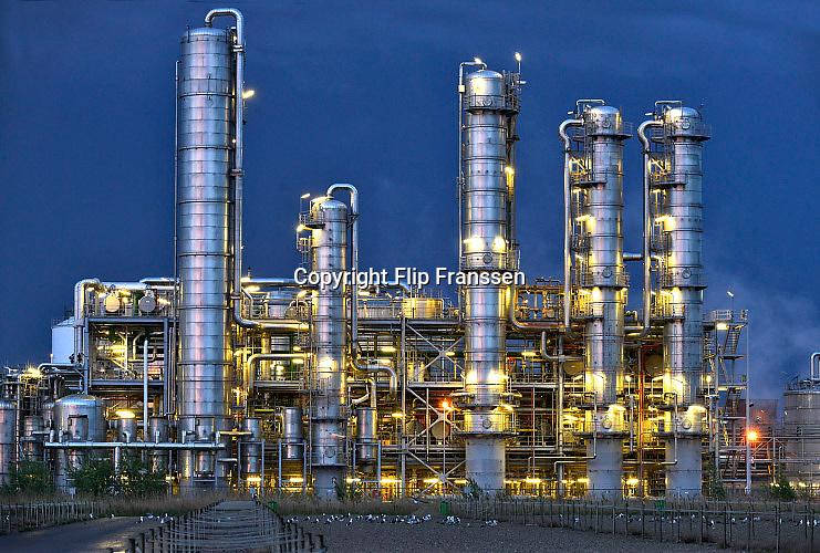 Nederland, Rotterdam, 12-5-2017Raffinaderij en opslagtanks van Gunvor Petroleum, voorheen Kuwait,Q8,  olieverwerkende industrie, een terrein met opslagtanks en raffinage voor olie. Rotterdam is in Europa de grootste importhaven en een van de grootste ter wereld voor overslag en raffinage van ruwe olie. De aangevoerde olie wordt voor ongeveer de helft gebruikt door raffinaderijen van Shell, BP, Esso, Exxon Mobil, Gunvor Petroleum, en Koch. De rest wordt per pijpleiding naar Vlissingen, Belgie en Duitsland overgeslagen.Foto: Flip Franssen