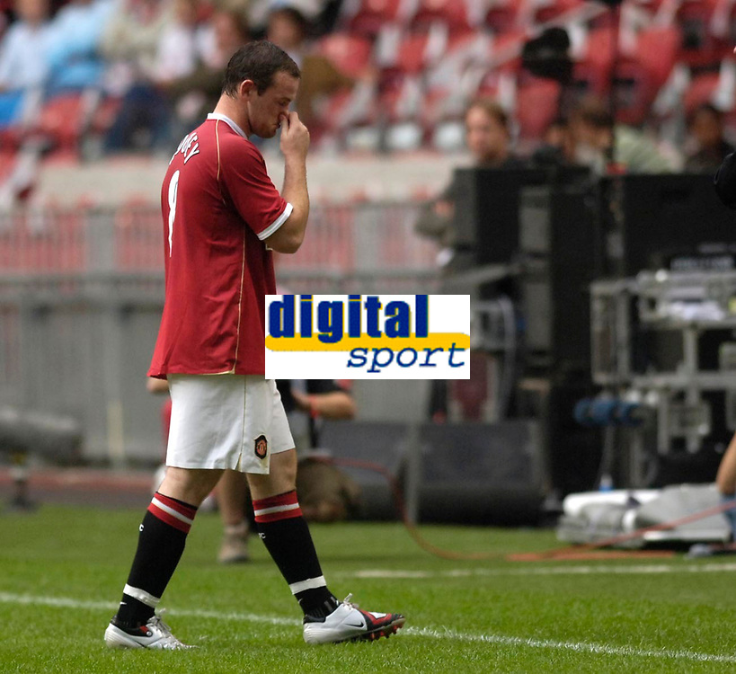 Photo: Daniel Hambury.<br />Manchester United v FC Porto. Amsterdam Tournament. <br />04/08/2006.<br />Manchester's Wayne Rooney leaves the pitch after being sent off.