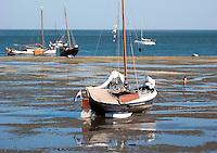 VLIELAND - Droogvallen met een schip op het Wad bij Vlieland bij laag water. ANP COPYRIGHT KOEN SUYK