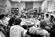 Nederland, Nijmegen, 15-10-1988 Vergadering, actievergadering, in het kantoor van studentenvakbond AKKU van de Radboud Universiteit, toen nog KUN, katholieke uiniversiteit Nijmegen . Opgericht op 8 december 1981 als Nijmeegse Studenten Vereniging Aktie Komitee Kritiese Universiteit. Mede-oprichter Toon van Dijk richtte daarna ook de Landelijke Studentenvakbond op. Avondfoto .FOTO: FLIP FRANSSEN