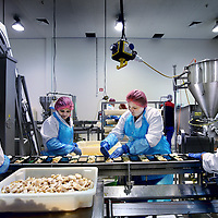 Nederland, Lelystad.16 juli 2012..Keuken van Marfo.Een kijkje in de keuken van Marfo,de grootstevliegtuigcateraarvan Nederland. Wie maken het vliegtuigvoedsel? Hoe maken ze het? Is het terecht dat vliegtuigvoedsel een scheldnaam is geworden? Pascal Jalhaij, die wordt beschouwd als één van de meest talentvolle koks van zijn generatie, is de chefkok hier..A peek into the kitchen of Marfo, the largest airplane caterer in the Netherlands.  Is airplane food a term of abuse?