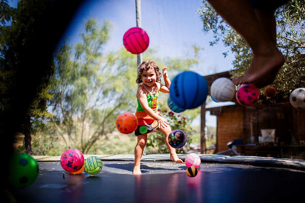Riure i saltar. Fotografia espontània de nens i familia.