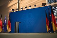 DEU, Deutschland, Germany, Berlin, 23.04.2020: Bundeskanzleramt, Foyer Süd, Europafahne und deutsche Fahne, leeres Rednerpult und mit dem Bundesadler bedruckte blaue Aufstellwand, bei einem Statement und Pressekonferenz der Bundeskanzlerin.