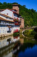 France, Pyrénées-Atlantiques (64), Pays Basque, Saint-Jean-Pied-de-Port, le Pont Vieux sur la rivière Nive de Béhérobie et l'église de l'Assomption ou Notre-Dame du Bout du Pont // France, Pyrénées-Atlantiques (64), Basque Country, Saint-Jean-Pied-de-Port