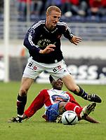 Fotball, Tippeligaen, Viking Stadion, 05/05-05,<br />Viking - Lyn,<br />Brede Paulsen Hangeland- John Obi Mikel,<br />Foto: Sigbjørn Andreas Hofsmo, Digitalsport