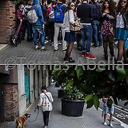 Aglomeración de turistas a la entrada de una tienda de suvenires. Barrio de la Sagrada Familia.
