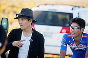Ryohei Komori (rechts) tijdens de vijfde racedag. In Battle Mountain (Nevada) wordt ieder jaar de World Human Powered Speed Challenge gehouden. Tijdens deze wedstrijd wordt geprobeerd zo hard mogelijk te fietsen op pure menskracht. Het huidige record staat sinds 2015 op naam van de Canadees Todd Reichert die 139,45 km/h reed. De deelnemers bestaan zowel uit teams van universiteiten als uit hobbyisten. Met de gestroomlijnde fietsen willen ze laten zien wat mogelijk is met menskracht. De speciale ligfietsen kunnen gezien worden als de Formule 1 van het fietsen. De kennis die wordt opgedaan wordt ook gebruikt om duurzaam vervoer verder te ontwikkelen.<br /> <br /> In Battle Mountain (Nevada) each year the World Human Powered Speed Challenge is held. During this race they try to ride on pure manpower as hard as possible. Since 2015 the Canadian Todd Reichert is record holder with a speed of 136,45 km/h. The participants consist of both teams from universities and from hobbyists. With the sleek bikes they want to show what is possible with human power. The special recumbent bicycles can be seen as the Formula 1 of the bicycle. The knowledge gained is also used to develop sustainable transport.