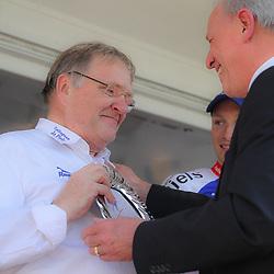 WIELRENNEN, Hoofddorp, Olympias tour. CT Jo Piels wint het ploegenklassement. Herman Brinkhof overhandigd Rijk Vink de prijs