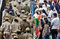 NEW DELHI -  Enthousiast publiek en veel bewaking bij de hockeywedstrijd Engeland-India (3-2), bij het WK Hockey 2010 voor mannen in New Delhi.  Door dit verlies is India is het uitgeschakeld voor de hoofdprijzen maar het publiek bleef enthousiast. ANP KOEN SUYK