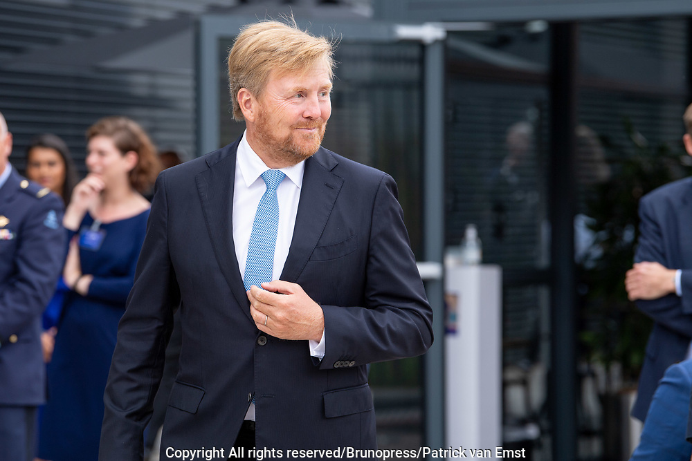 SCHIPHOL-OOST, 4-9-2020,<br /> <br /> Koning Willem Alexander tijdens de opening van het nieuwe radar- en trainingscentrum Polaris van Luchtverkeersleiding Nederland (LVNL) op Schiphol-Oost. Bij deopening wordt de koning vergezeld door Michiel van Dorst (CEO LVNL) en Luitenant-Generaal Dennis Luyt (Commandant Luchtstrijdkrachten). Tijdens een rondleiding maakt de Koning kennis met het nieuwe luchtverkeersleidingssysteem iCAS<br /> <br /> King Willem Alexander during the opening of the new radar and training center Polaris of Air Traffic Control the Netherlands (LVNL) at Schiphol-East. At the opening, the king is accompanied by Michiel van Dorst (CEO LVNL) and Lieutenant-General Dennis Luyt (Commander of the Air Forces). During a guided tour, the King is introduced to the new air traffic control system iCAS